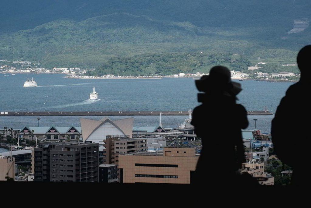 城山展望台からは鹿児島市と桜島を結ぶフェリーが錦江湾に浮かぶ姿も見える