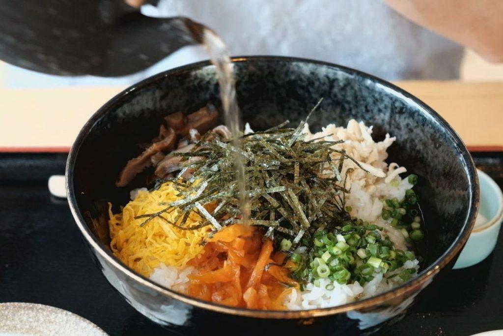 奄美大島の名物・鶏飯。薩摩藩の役人をもてなすためのおもてなしの料理として考案されたという