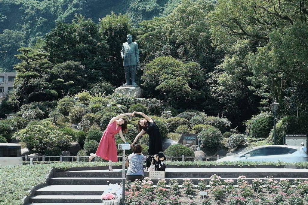 城山を背に立つ「西郷隆盛銅像」。道路を挟んで撮影広場からは全景が写せる