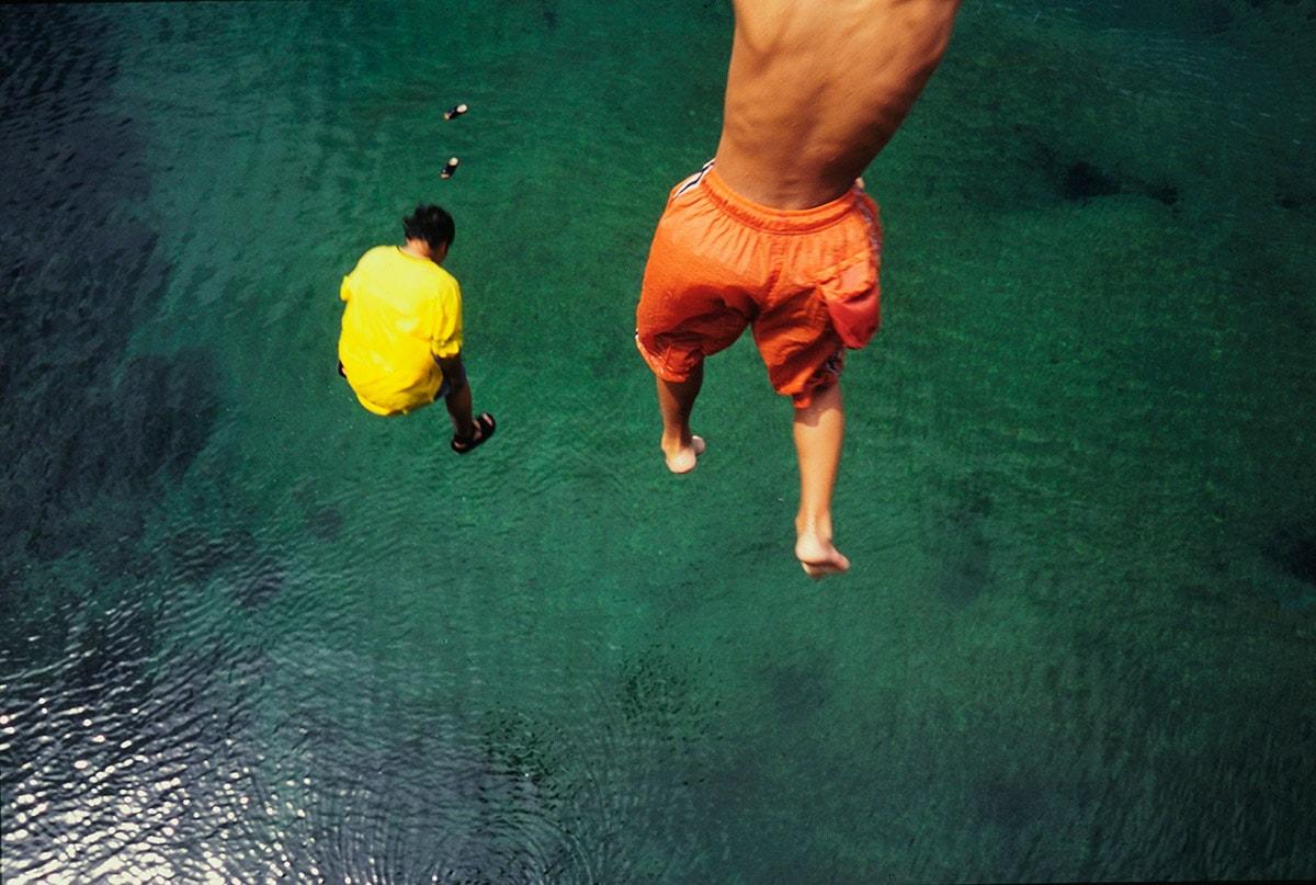 栗生川へダイブする島の少年