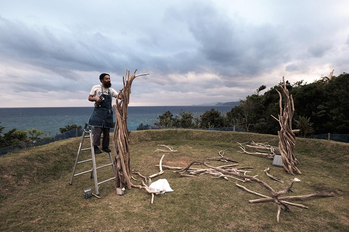 流木を使った装飾をする島崎さ ん