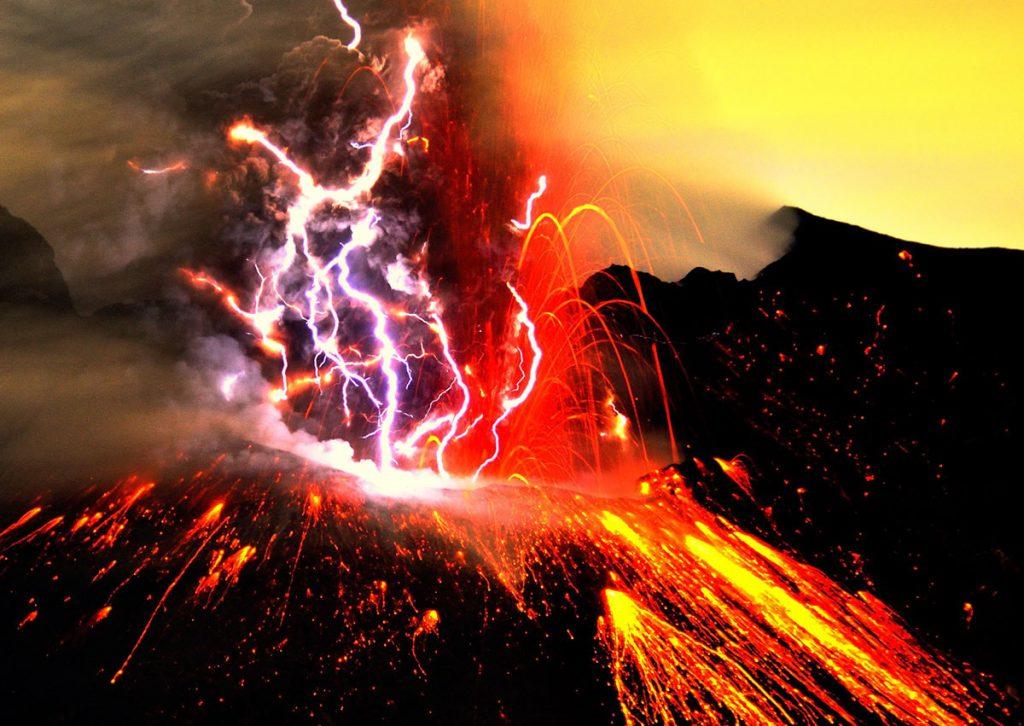 五日五晩の待ちぼうけの末に撮影した、爆発と火山雷