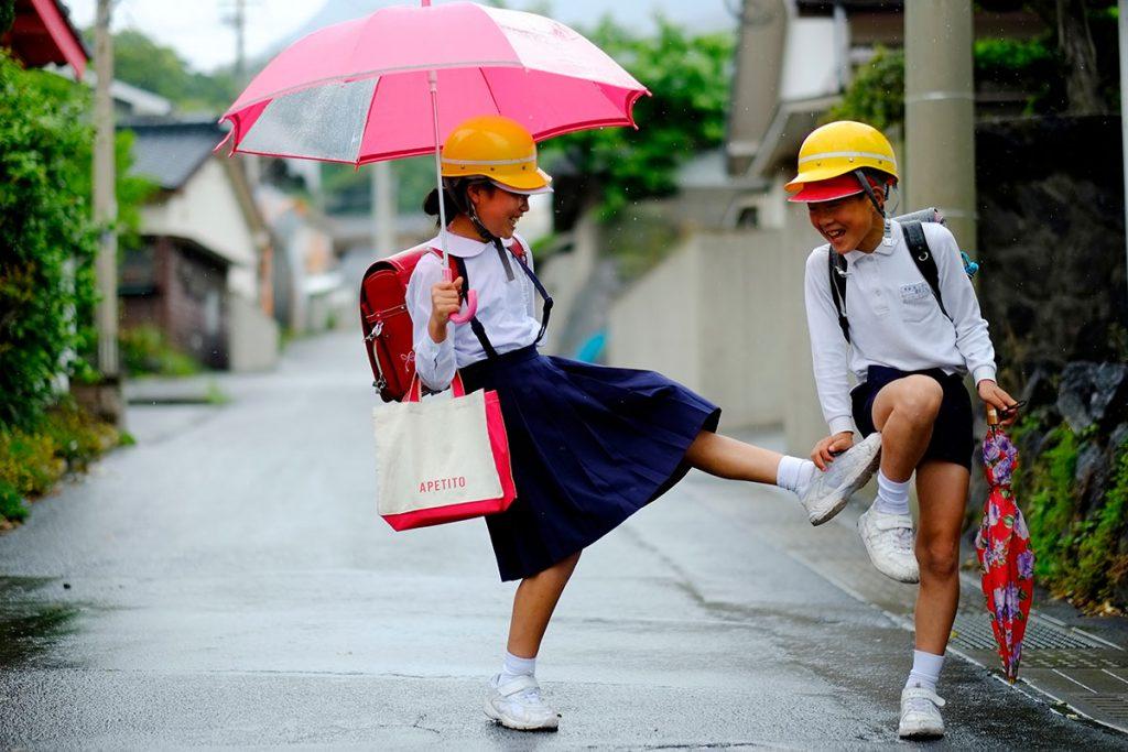 防災ヘルメットをかぶって通学する島の小学生