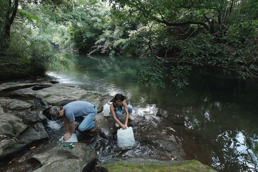 川へ水汲みに行く2人。美しい自然は大切な資源