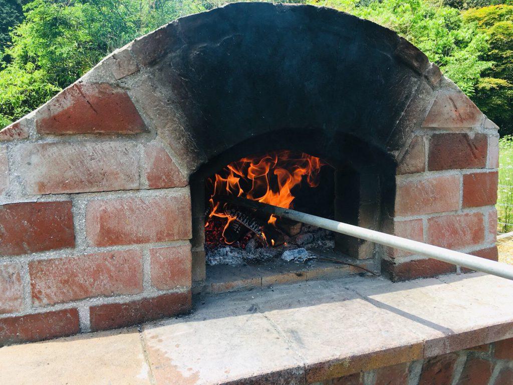 手作りのピザ窯