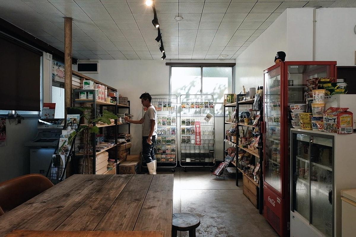 農作道具から駄菓子まで販売しているので地域の人たちは自然とここへ集まる