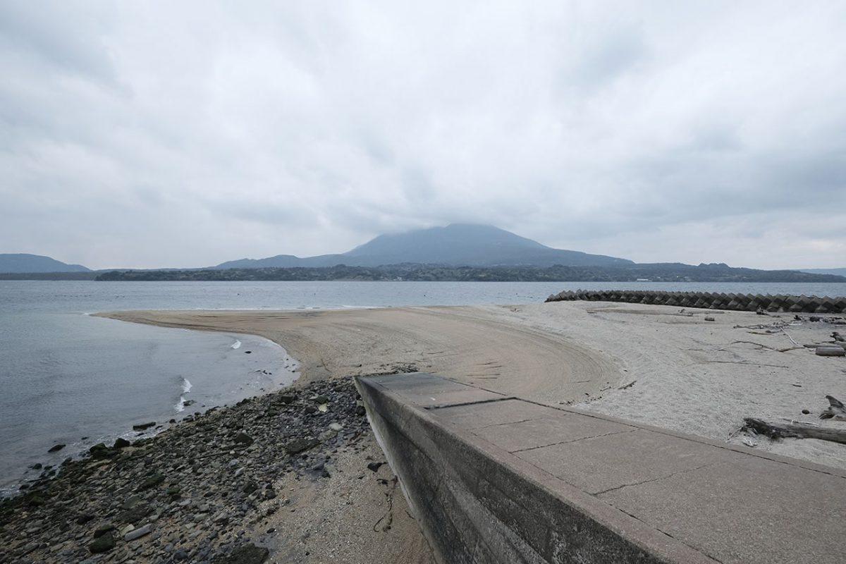 現在の砂浜。昔はずっと広く、分校の運動会も行われていた