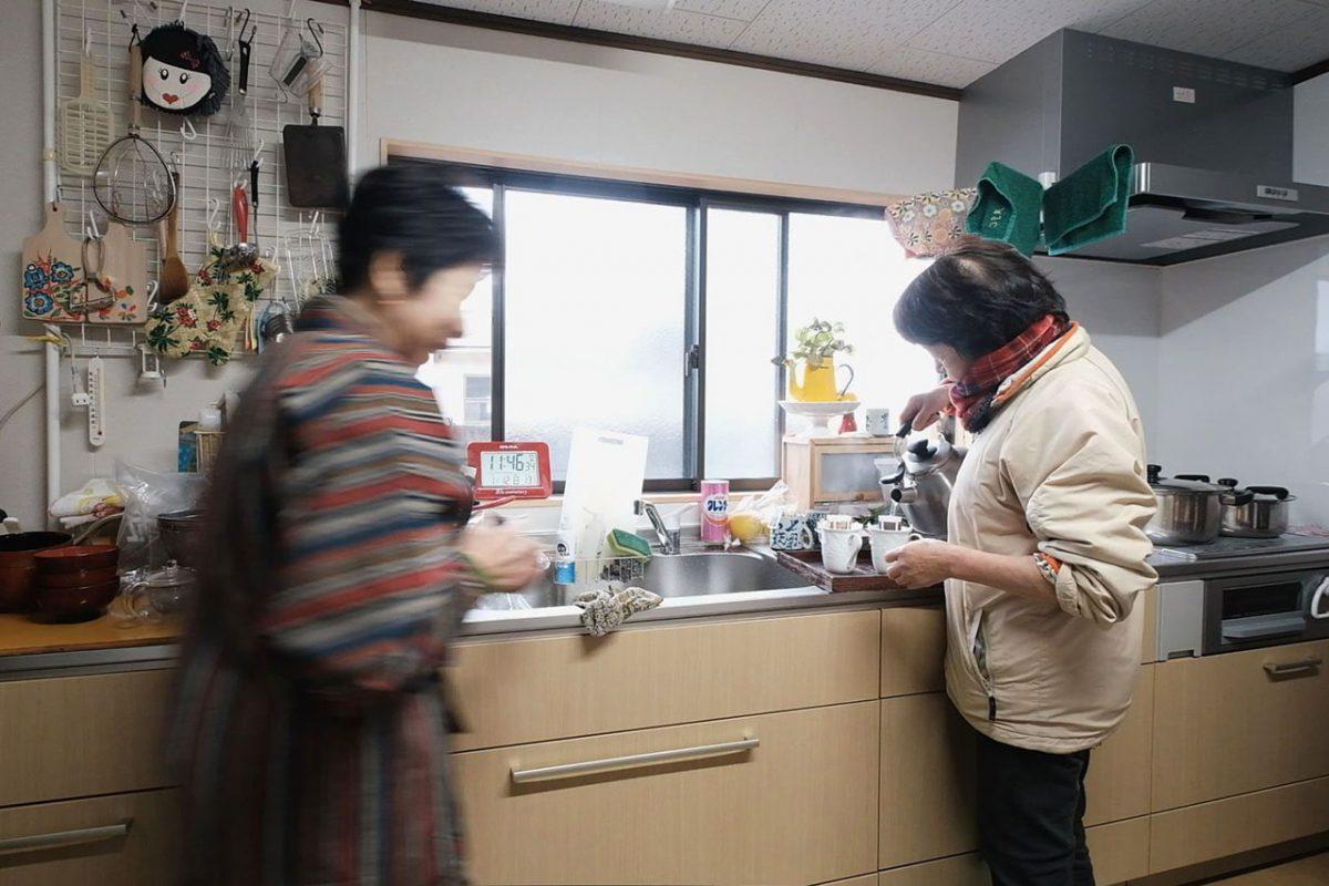 姉・ひろ子さんと昼食準備をする和子さん。ひろ子さんは姉妹のなかでも昔から特に地元愛が強かったそう