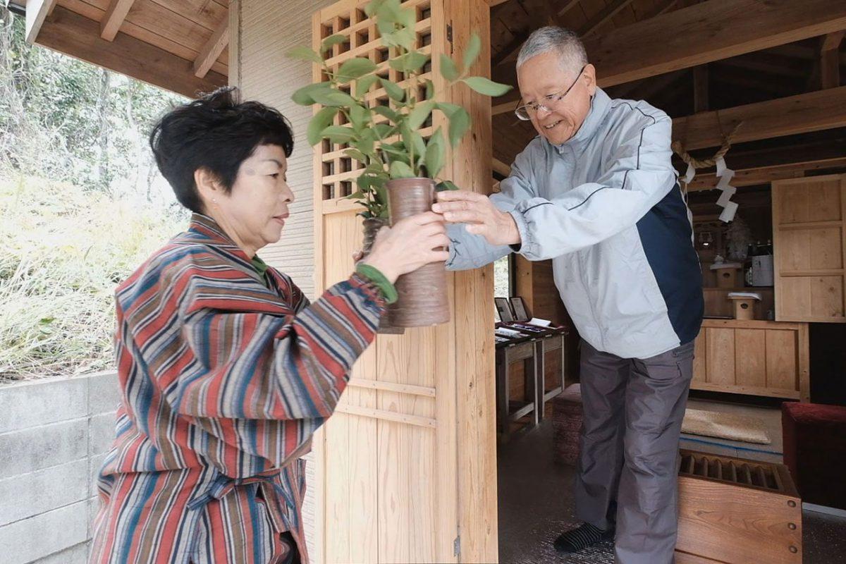 父親の想いを継ぎ、五社神社のお世話をする佐々木さん夫婦