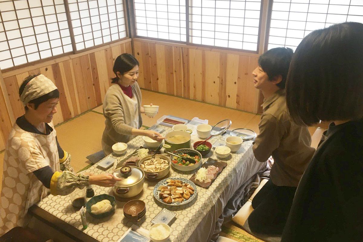 地元のひとたちにも人気の江口蓬莱館に皆で行き、新鮮な魚介や取れたての野菜を調達。宿に戻り自炊ランチを楽しみました。
