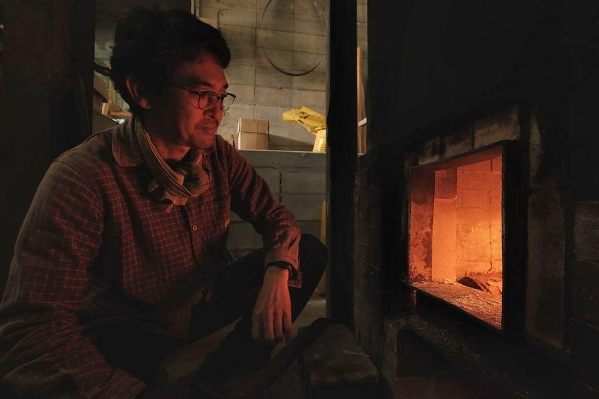 真剣な表情で釜に火を入れる二郎さん