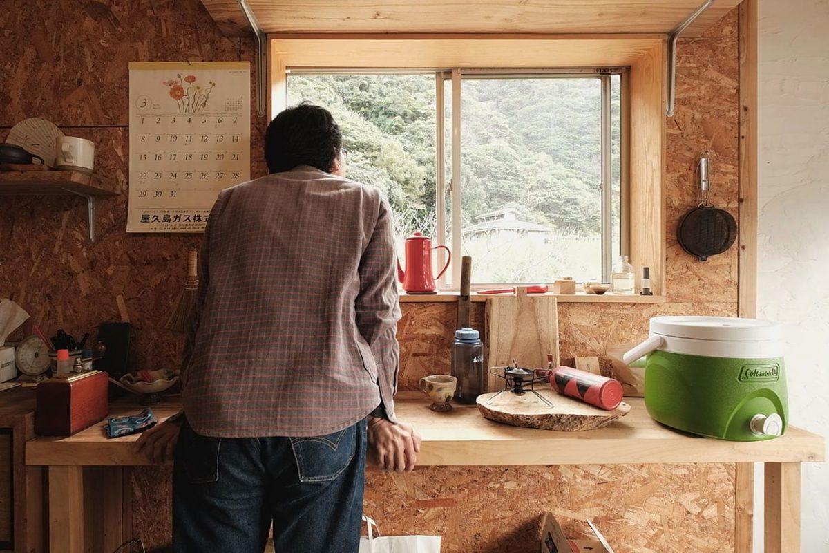 窓から移りゆく外の景色を眺めるのも二郎さんの楽しみの一つ。