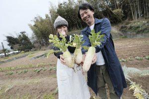 たくさんの大根を収穫し笑顔で見せてくれた