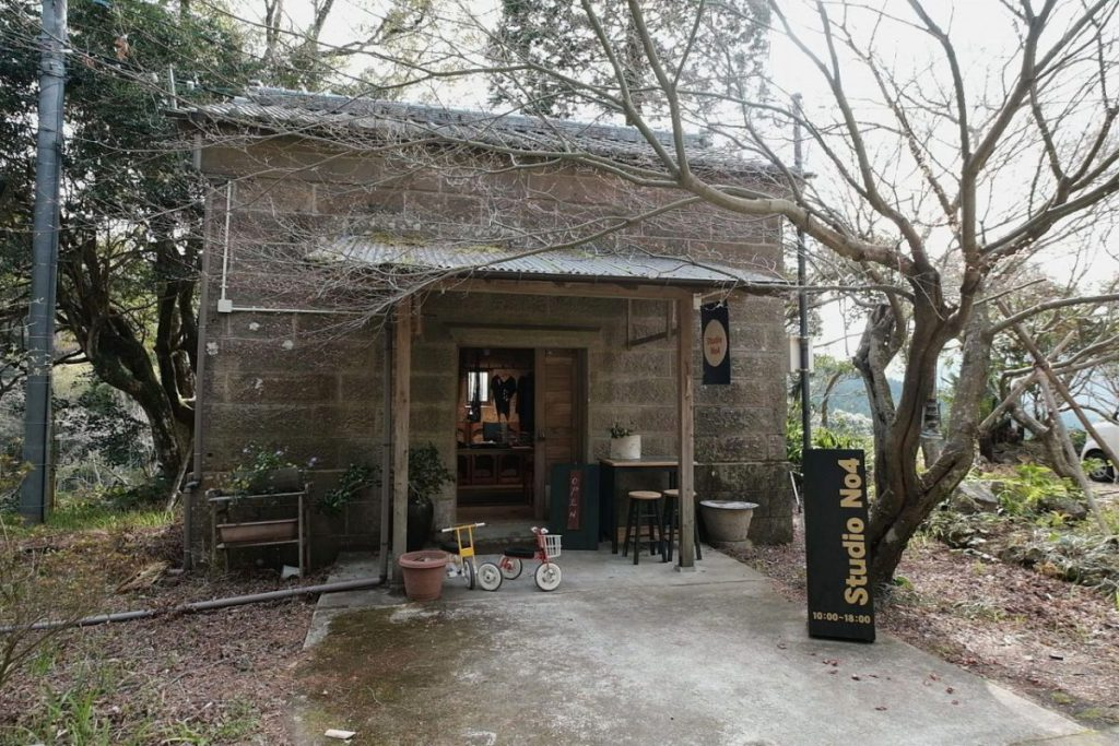 神園さんを惹きつけた石蔵。現在は「Studio No.4」という看板を掲げ、藍染作品を展示販売している