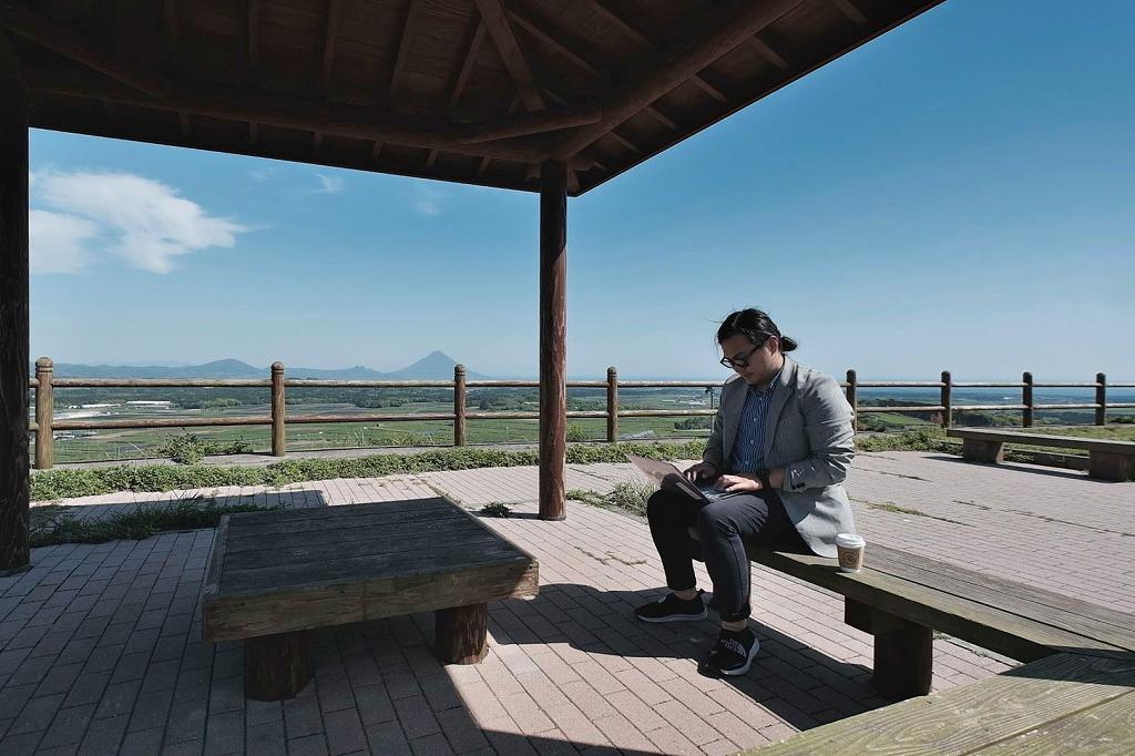 茶畑を一望できる茶ばっけん丘(高塚丘)。景色を楽しみながら仕事をすることも
